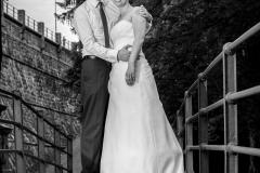 Novomanželé na mostě pod hrází