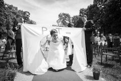 Nevěsta zručně vystřihla svatební srdce