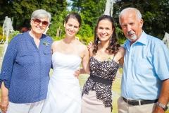 Nevěsta se svědkyní a prarodiči