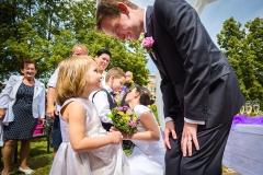 Sourozenci Janička a Tomášek přejí novomanželům